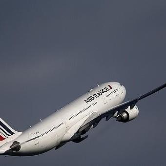 Стюардеса розбила пляшку вина об голову пасажира, який намагався відчинити двері літака
