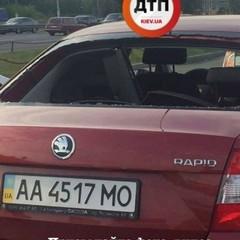 У Києві розстріляли автомобіль і украли велику суму грошей: є поранені (фото)