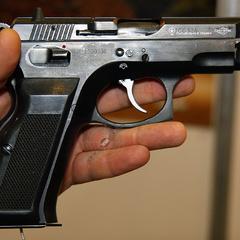 На Житомирщині чоловік вистрелив у дівчину через нічийну вишню (відео)