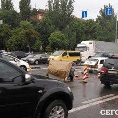 В Києві водія, який міняв колесо, збила іномарка (фото)
