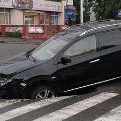 У Києві асфальт «проковтнув» автомобіль (фото)