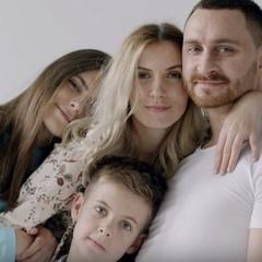 Фронтмен гурту СКАЙ показав дружину й дітей у кліпі про справжню любов (ВІДЕО)