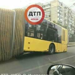 У Києві під час руху розвалився автобус (фото)