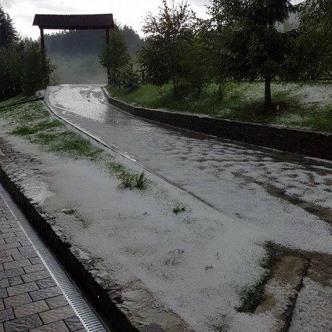 На Закарпатті посеред літа випав сніг (фото)