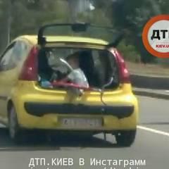 У Києві везли дитину із відкритим багажником (фото)