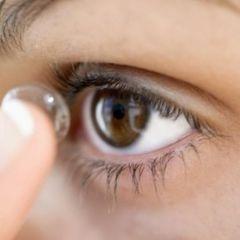 У Великобританії із ока літньої жінки дістали 27 контактних лінз