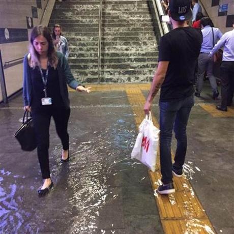Сильні зливи паралізували Стамбул: затоплені дороги та станції метро (фото)