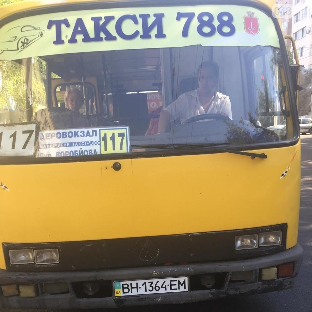 Одеський маршрутник хотів вигнати з автобуса дівчину за «телячу мову»