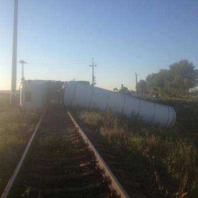 На Миколаївщині автомобіль «DAF» з напівпричепом перекинувся на коліях та заблокував рух потягів (фото)
