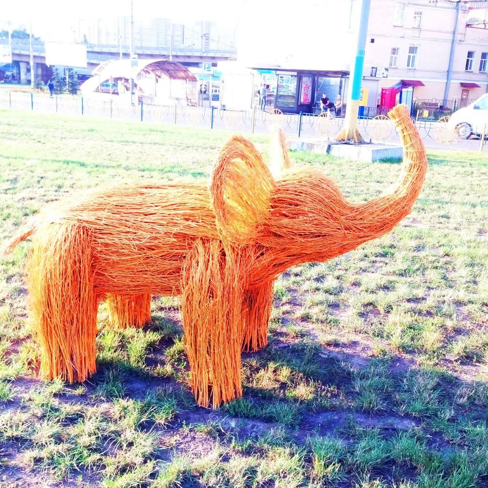 У Голосіївському районі зеленбудівці встановили різнобарвних слоненяток (фото)