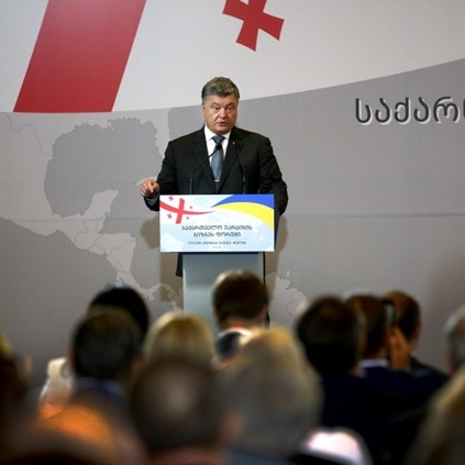 У Тбілісі Порошенко виступив на тлі банера з помилкою (фото)