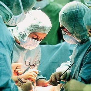 У світі вперше успішно трансплантували дитині руки