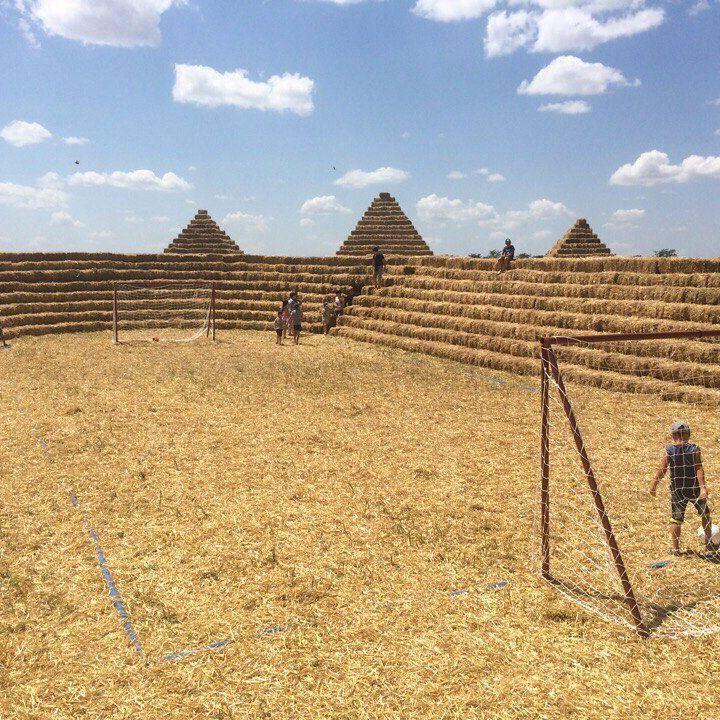 У Росії збудували футбольний стадіон із соломи за 41 000 рублів і назвали його «Зеніт-Арена» (фото)