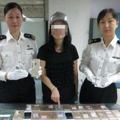 У Китаї затримали жінку, яка намагалась перевезти на собі 102 iPhone, вага яких складала більше 20 кілограм (фото)