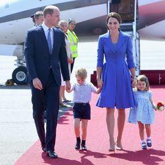Кембриджі із невдоволеним сином Джорджем та усміхненою Шарлоттою прибули до Німеччини (фото)
