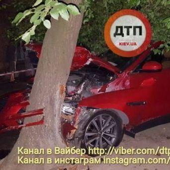 У Києві водій в стані алкогольного сп'яніння збив двох людей та розтрощив дитячий майданчик (фото)
