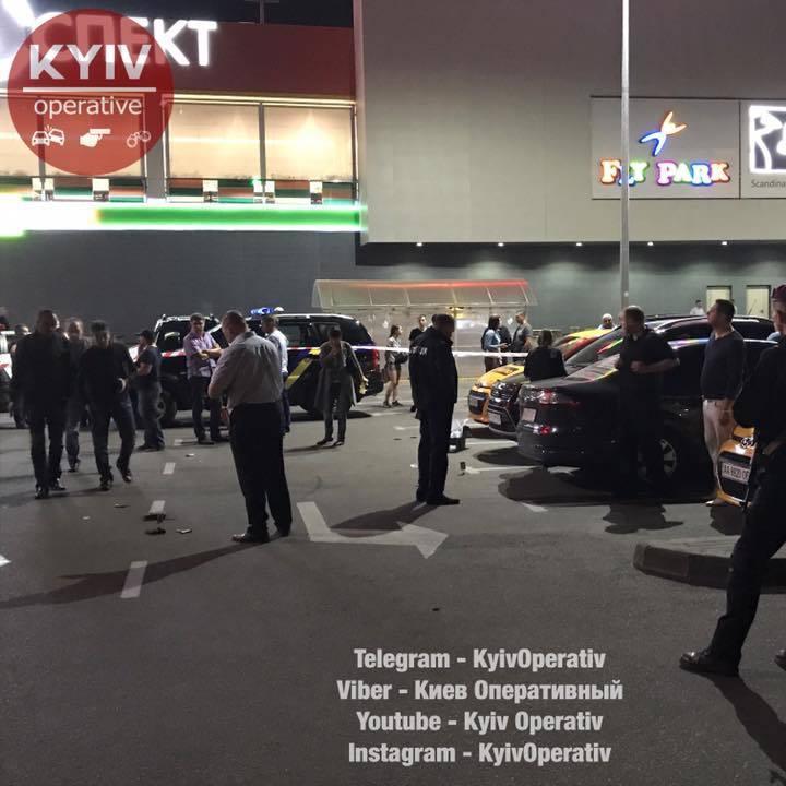 У Києві біля торгового центру розстріляли чоловіка (фото, відео)