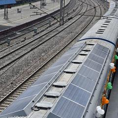 Індія запустила потяг з сонячними батареями на даху