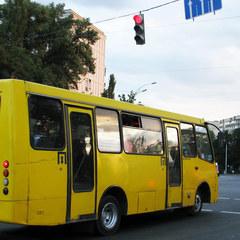 ДТП у Києві: на зупинці зіштовхнулися дві маршрутки