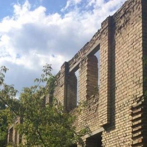 У Києві 13-річна дівчинка упала із закинутого будинку (фото)