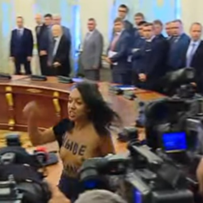 Активістка оголила груди перед Лукашенком і Порошенком
