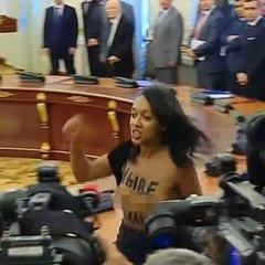 Що світить активістці руху FEMEN, яка зняла одяг на зустрічі Порошенка із Лукашенком