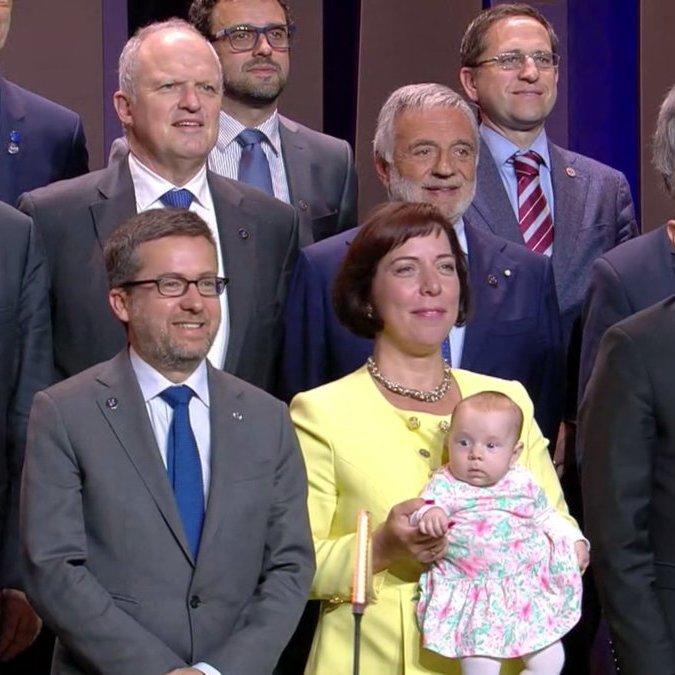 Двомісячна донька естонского міністра потрапила на загальну фотографію міністрів ЄС (фото)