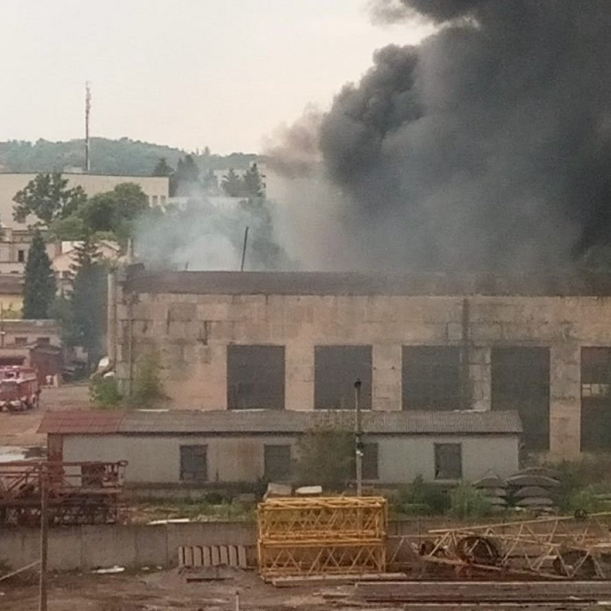 Пожежа у Львові: горів інструментальний завод (відео)