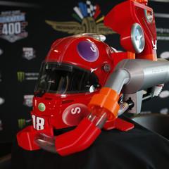 Американський гонщик продемонстрував шолом з автоматичною подачею цукерок (відео)