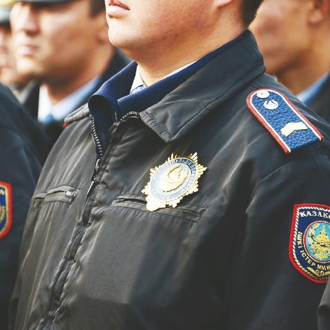 У Казахстані заведено справу на поліцейського за те, що він побив педофіла, який поглумився над 5-річною дитиною