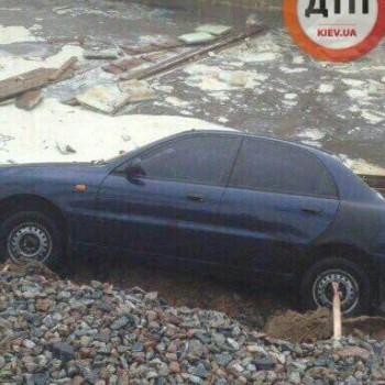 На київській Борщагівці через зливу три автомобілі провалилися під асфальт, - ЗМІ (фото)
