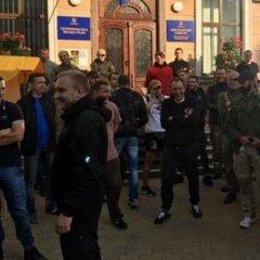 У Тернополі активісти вибили двері в мерію та заблокували раду