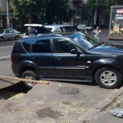 В Одесі два автомобілі провалились під асфальт (фото)