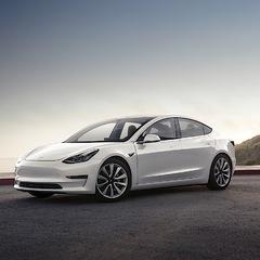 Tesla почала продажі бюджетних електромобілів Model 3 (фото, відео)