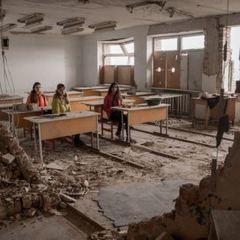 «Ми живі»: діти з Мар'їнки показали у фото життя біля лінії фронту (фото)