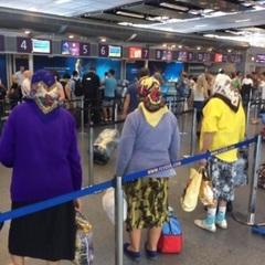 Стало відомо, куди летіли українські пенсіонерки-героїні нашумілого фото з «Борисполя»  (відео)