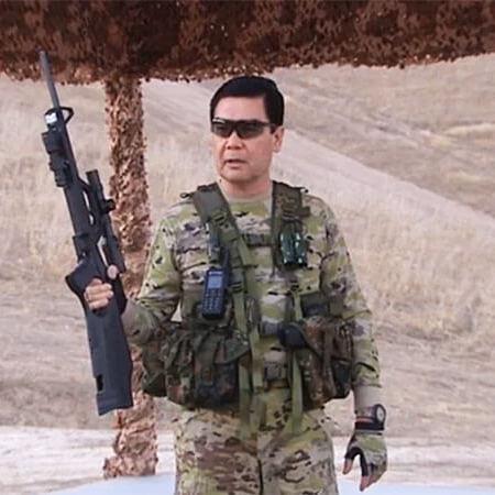 Президент Туркменистану показав силовикам, як потрібно влучно стріляти й метати кинджали у ворога (відео)