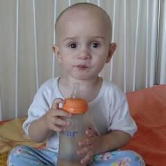 У Києві на вулиці знайдено малюка, поліцейські розшукують його рідних (фото)