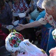 В Росії пенсіонери влаштували бійку у черзі за безкоштовною кашею (відео)