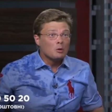 Ведучий Вересень пояснив, чому він облив водою політолога під час прямого ефіру (відео)