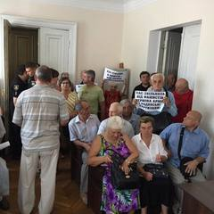 «Фашизм не пройде»: у Житомирі пенсіонери «окупували» будівлю суду з плакатами (відео, фото)