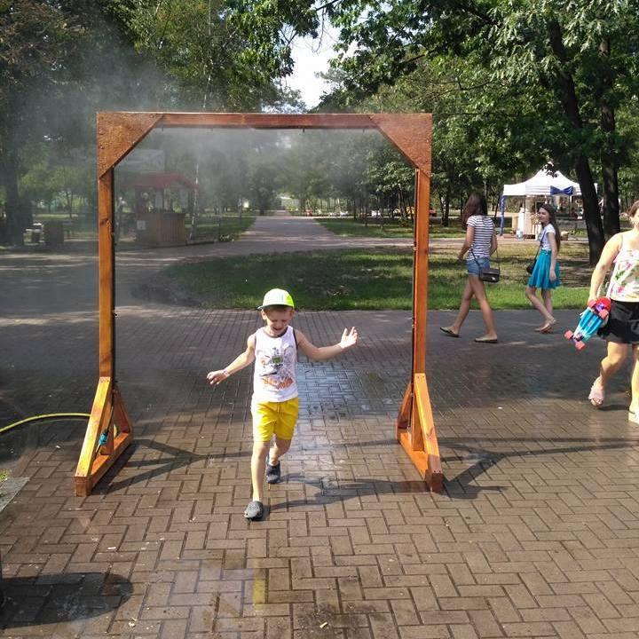 У Києві для боротьби зі спекою у парку встановили «душ» під відкритим небом (фото)