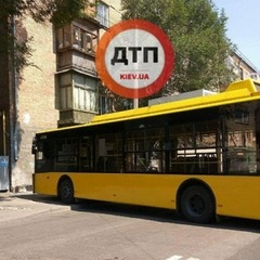 Дивом обійшлося без постраждалих: у Києві тролейбус в'їхав у стіну будинку