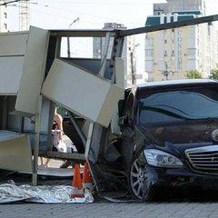 Mercedes влетів у зупинку з людьми у Харкові, є загиблий