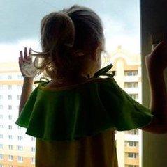 Поки батьки спали: у Києві із вікна 16-го поверху випала трирічна дівчинка