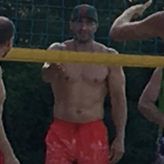 «Без натяку на пафос»: Володимир Кличко на київському пляжі пограв у волейбол (фото)
