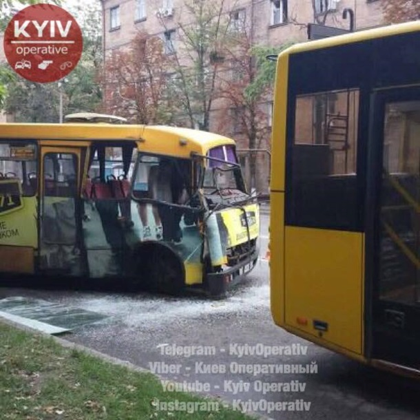 У Києві маршрутка влетіла в тролейбус