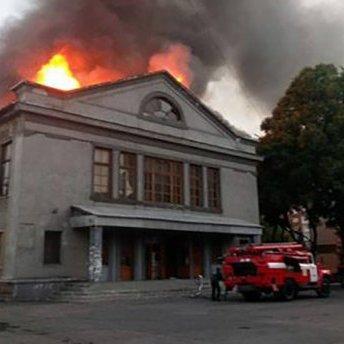 На Донбасі зайнявся полум'ям кінотеатр