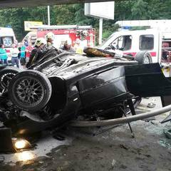 На Подолі BMW злетів з естакади і впав на дах (фото)