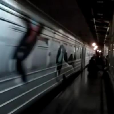 У Києві півсотні молодиків у масках та з битами затримали поїзд на 25 хвилин (відео)
